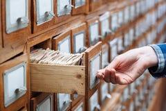 Un cassetto del gabinetto di archivio in pieno degli archivi Immagini Stock