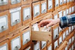 Un cassetto del gabinetto di archivio in pieno degli archivi Immagine Stock