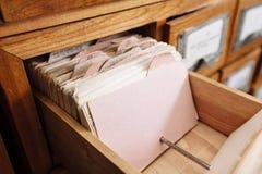 Un cassetto del gabinetto di archivio in pieno degli archivi Fotografia Stock