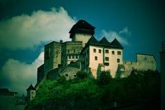 Un castello antico sopra il  Ãn di TrenÄ della città fotografia stock