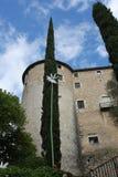 Un castello catalano e una parte del giardino fotografia stock