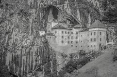 Un castello di favola costruito in una caverna fotografie stock libere da diritti