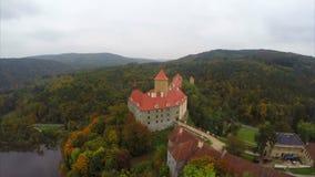 Un castello europeo con i tetti rossi, colpo aereo da 11 secolo stock footage