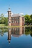 Un castello olandese antico Bouvireflected nello stagno Immagini Stock