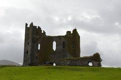 Un castillo antiguo vuelve lentamente a la tierra imagen de archivo libre de regalías