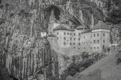 Un castillo del cuento de hadas incorporado a una cueva fotos de archivo libres de regalías