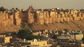 Un castillo emparedado en una colina metrajes