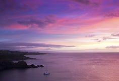 Un catamaran dans la baie de Honolua au coucher du soleil, Maui, Hawaï Images libres de droits