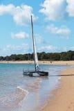 Un catamaran est lancé devant une classe de navigation Photo stock
