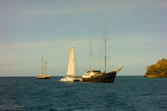 Un catamarano francese con una vela inceppata immagine stock