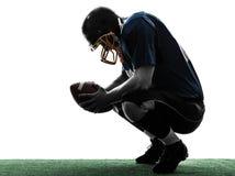 Siluetta sconfigguta dell'uomo del giocatore di football americano fotografia stock libera da diritti