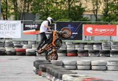 Un cavalier de cascade sur un vélo de sport Photographie stock libre de droits