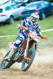 : Un cavalier non identifié participe au championnat d'Endurocross du monde Image stock