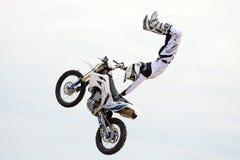 Un cavalier professionnel à la concurrence de FMX (motocross de style libre) aux sports extrêmes Barcelone de LKXA Photographie stock