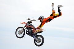 Un cavalier professionnel à la concurrence de FMX (motocross de style libre) aux sports extrêmes Barcelone de LKXA Image stock