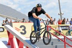 Un cavalier professionnel à la concurrence de MTB (montagne faisant du vélo) sur la cendrée aux sports extrêmes Barcelone de LKXA Photographie stock libre de droits