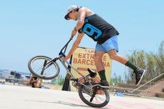 Un cavalier professionnel à la concurrence de terre plate de BMX (motocross de bicyclette) aux sports extrêmes Barcelone de LKXA Photos stock