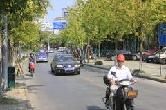 Un cavaliere che guarda quando corrono lungo la via di Jiaxing Fotografia Stock