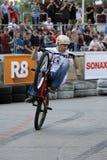 Un cavaliere di acrobazia su una bici di sport Fotografie Stock