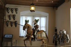 Un cavaliere jousting nello splendere armatura modellata fotografia stock libera da diritti