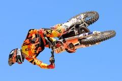 Un cavaliere professionale al competitio di FMX (freestyle motocross) fotografia stock libera da diritti