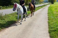 un cavallo da equitazione di due signore un giorno soleggiato di settembre fotografie stock