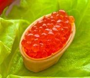 Un caviar, dispersado en cabezas de un hueso cocidas de la galleta en la ensalada verde de la hoja Fotos de archivo libres de regalías