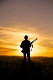 Cazador del rifle en puesta del sol Imágenes de archivo libres de regalías