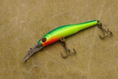 Un cebo para pescar en un fondo de la lona Wobblers de diversos colores fotos de archivo