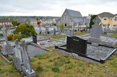 Un cementerio en una pequeña ciudad en Irlanda foto de archivo libre de regalías