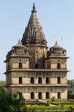Un cenotafio en el banco del río Betwa en Orchha, Madhya Pradesh, la India Imagen de archivo libre de regalías