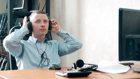 Un centro de atención telefónica joven del individuo tomó una rotura de la comunicación con la gente metrajes