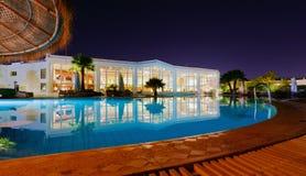 Un centro turístico de lujo en la noche Fotos de archivo libres de regalías