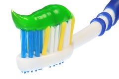 Un cepillo de dientes con crema dental. Imagenes de archivo