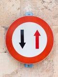 Un cerchio di due frecce in rosso Fotografia Stock Libera da Diritti