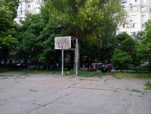 Un cerchio di pallacanestro al campo da giuoco Immagine Stock