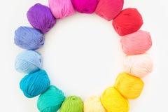 Un cercle d'une guirlande de fil coloré pour le tricotage Backgro blanc Images stock