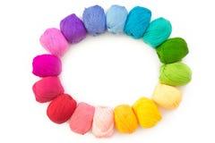 Un cercle d'une guirlande de fil coloré pour le tricotage Backgro blanc Photographie stock
