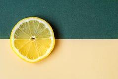Un cercle lumineux de citron sur un fond vert jaunâtre Image stock