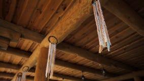 Un certain Boho Dreamcatchers comme décoration d'un banquet en bois rural Hall clips vidéos
