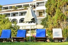 Un certain nombre de canapés du soleil sur la pelouse verte devant l'hôtel chez Coral Beach Hotel Resort Cyprus en juin 2017 en image libre de droits