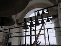 Un certain nombre de cloches de différent-calibre dans la tour de cloche de Prepodobenskaya du monastère rizopolozhensky Suzdal,  photo libre de droits