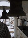 Un certain nombre de cloches de différent-calibre dans la tour de cloche de Prepodobenskaya du monastère rizopolozhensky Suzdal,  photos stock