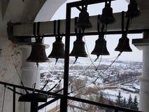 Un certain nombre de cloches de différent-calibre dans la tour de cloche de Prepodobenskaya du monastère rizopolozhensky Suzdal,  photos libres de droits
