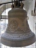 Un certain nombre de cloches de différent-calibre dans la tour de cloche de Prepodobenskaya du monastère rizopolozhensky Suzdal,  photographie stock