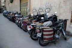 Un certain nombre de motos avec des sacs image libre de droits