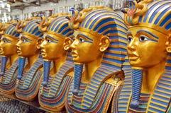 Un certain nombre de statues des pharaons dans la boutique de cadeaux Photos libres de droits
