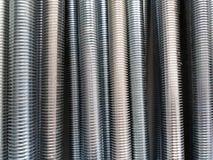 Un certain nombre de tiges en acier filetées Photo stock