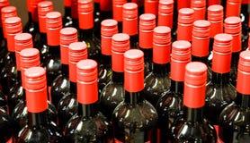 Un certain nombre de vieilles bouteilles de vin dans la cave image libre de droits