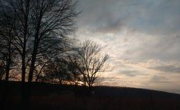 Un certain soleil a placé un certain vieux chemin de terre une certaine chanson du comté sur la radio images stock